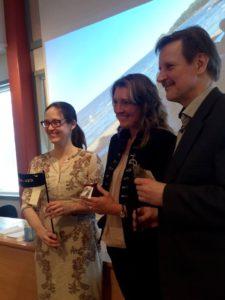 Sofia Svensson, Biosfärambassadör, överlämnar Torsövarg till Skärgårdshavets koordinator, Katja Bonnevier och Norra Karelens koordinator Timo Hokkanen
